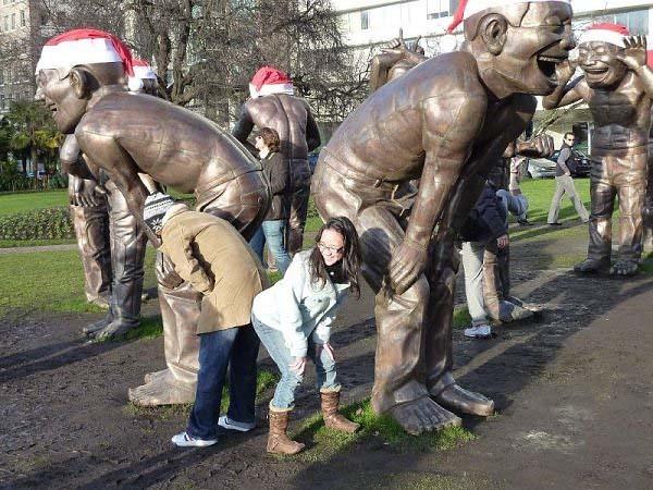 gente jugando con estatuas divertidas