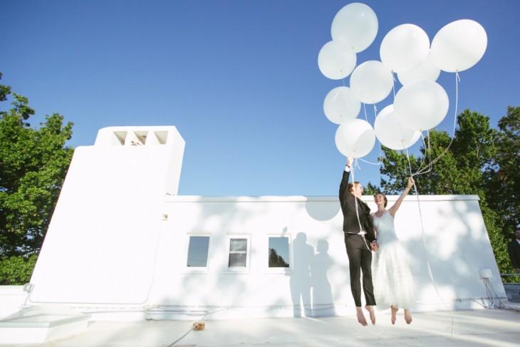 novios jugando con globos blancos