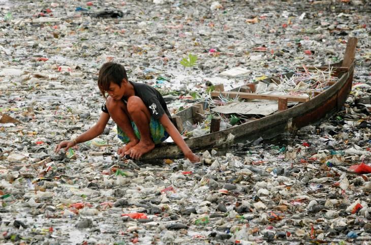 niño trabaja en una isla de basura