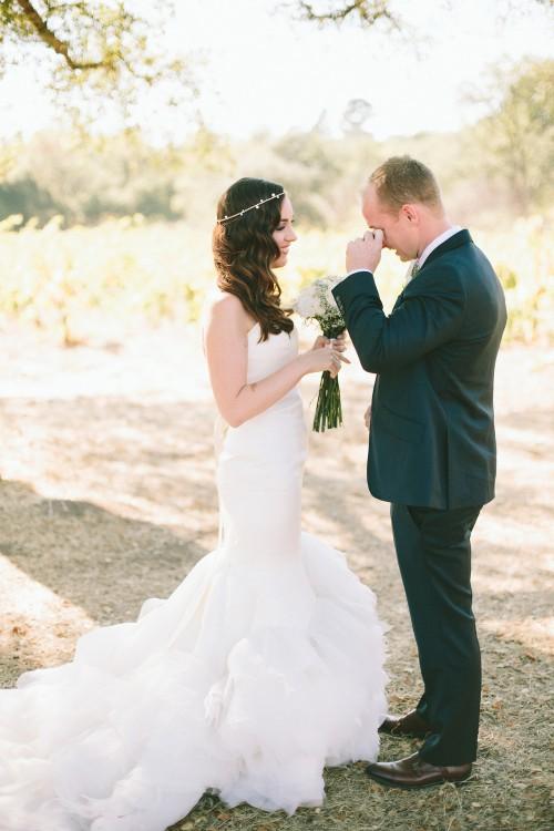 novio con su novia llorando despues de la boda