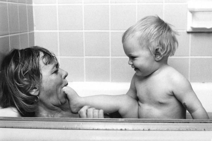 madre juega con su hijo en la ducha