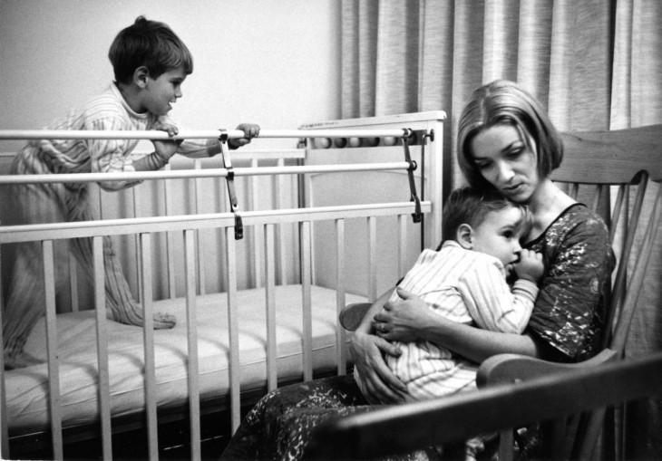 madre intenta dormir a su hijo