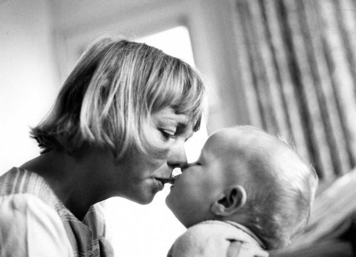 madre dándole mimos a su hijo