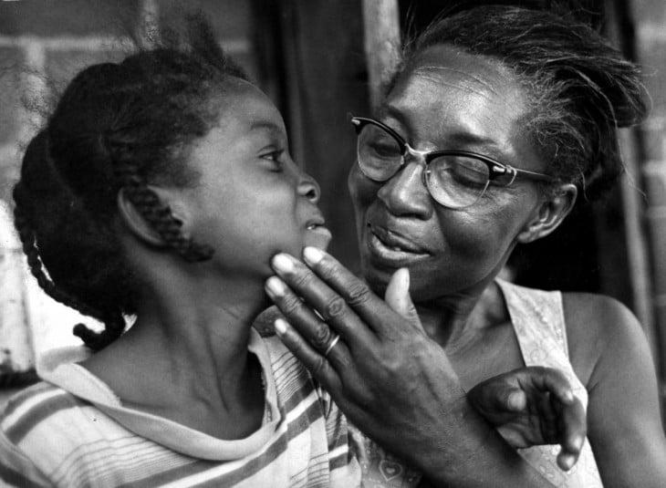 madre africana orgullosa de su hija