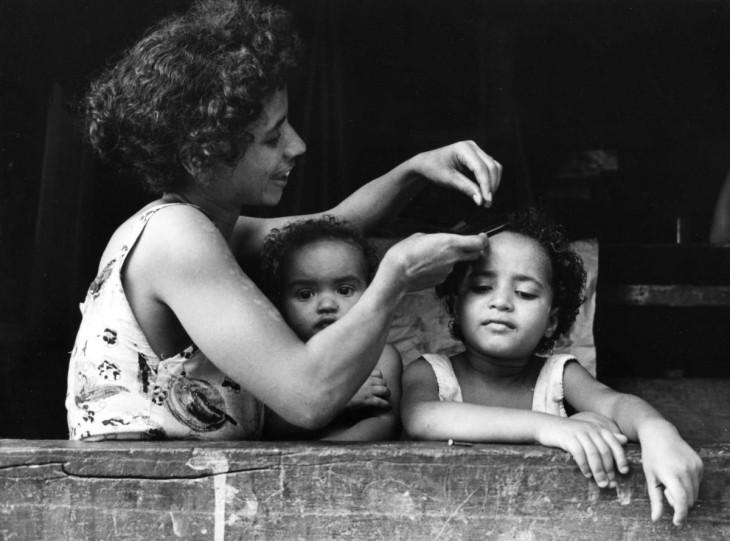 madre peinando a sus dos hijas