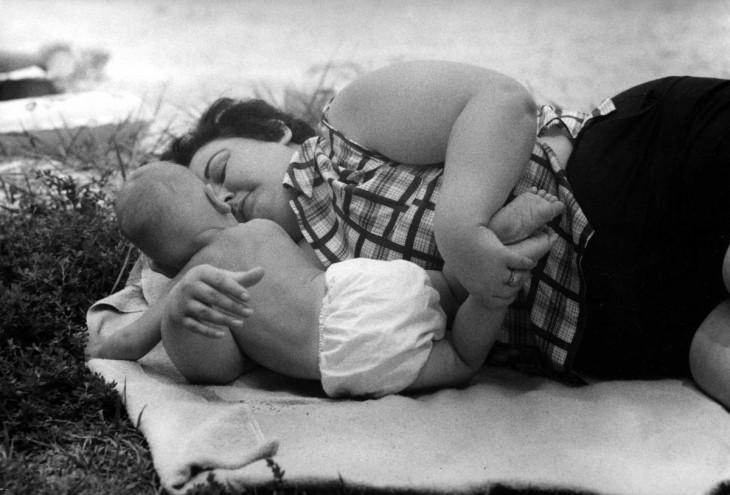 madre toma la siesta con su pequeño hijo
