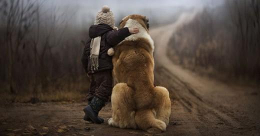 madre rusa toma fotos de sus hijos en una granja