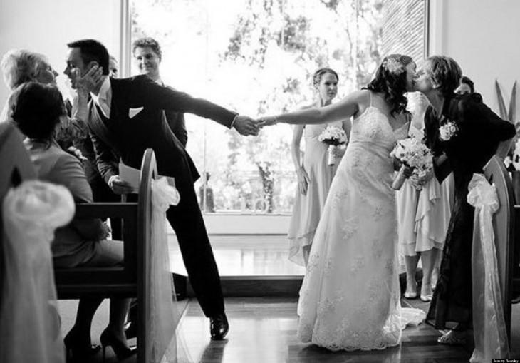besos a los novios de sus mamas antes de la boda