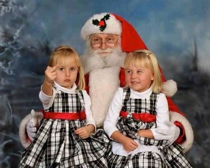 Niña levanta el dedo, insultando a Papa Noel