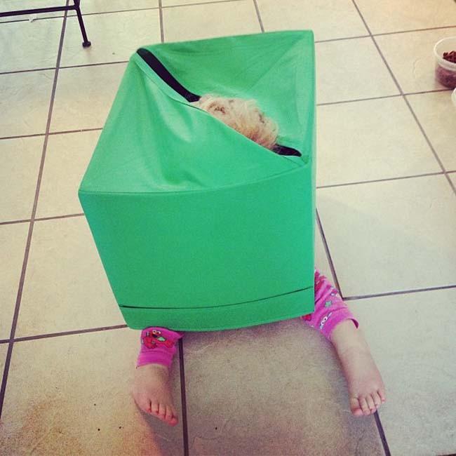 niño escondiéndose dentro de la basura