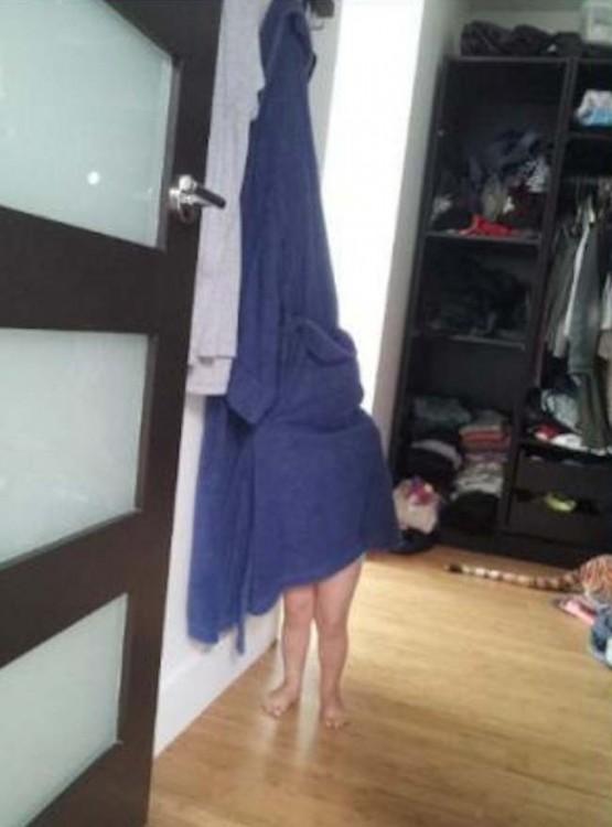 niño escondiéndose detrás de la toalla