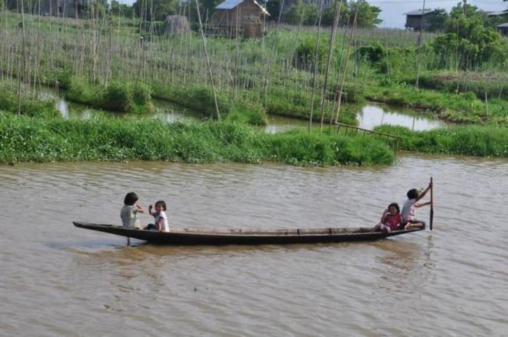 Niños jugando en un bote en Myanmar