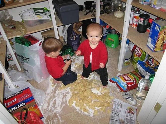 niños jugando en la despensa