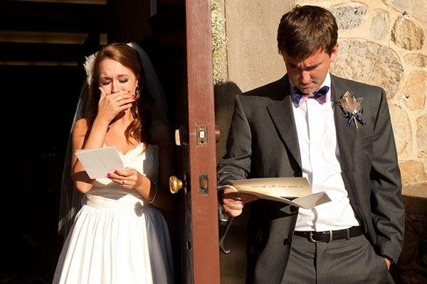 novios leyendo los votos de amor