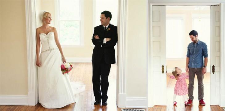 recién casados en la puerta