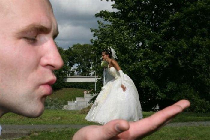 novio sosteniendo a su novia en la palma de la mano