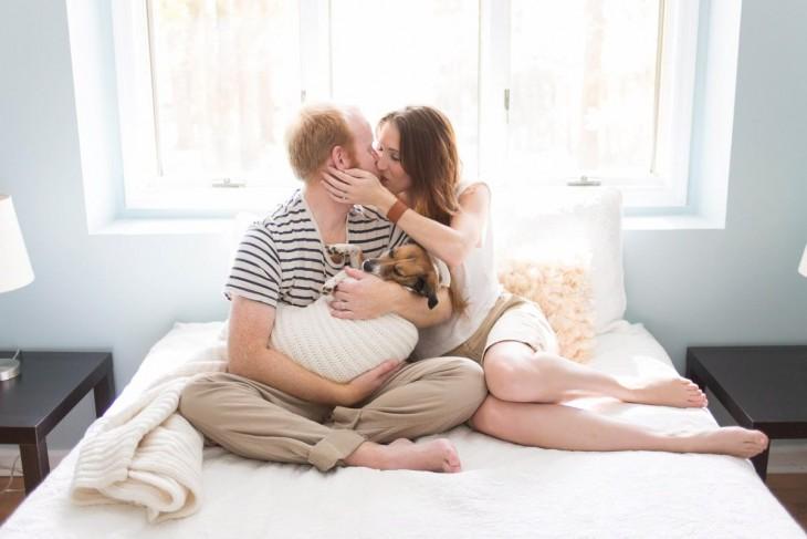 pareja tratando a un perro como un bebé