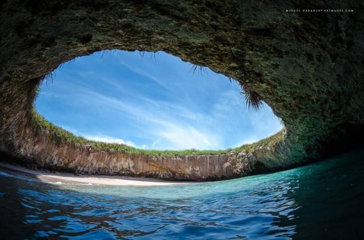 playa dentro de la cueva en mexico