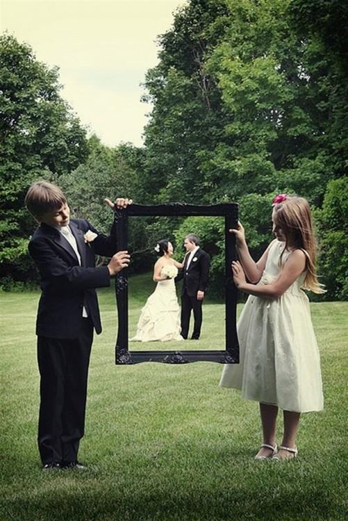 dos niños sosteniendo un portaretrato de imagen de un novio