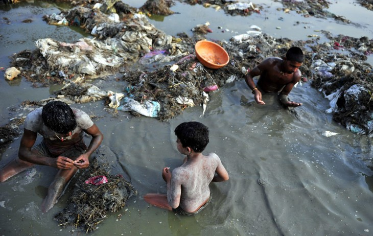 niños jugando agua contaminada