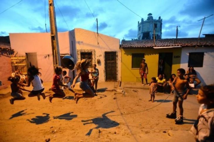 saltando la soga en una favela en Bahia