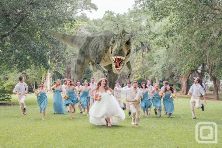 tiranosaurio rex persiguiendo a los novios e invitados de una boda