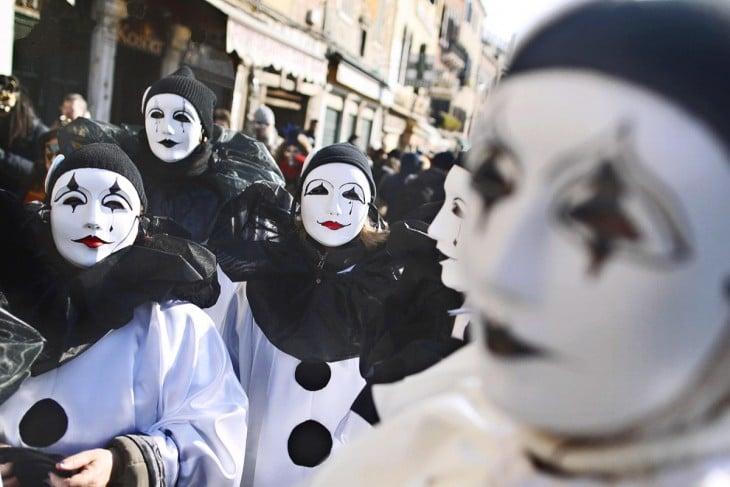 gente desfila con mascaras en el carnaval de Venecia
