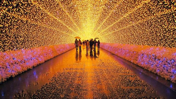 Gente festejando en un tunel de luces durante el Festival de la Luz de Invierno - Kuwana City, Japón