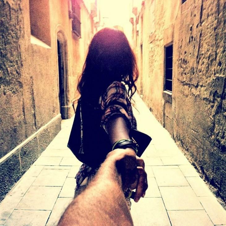 primera foto en Barcelona de la pareja que se toma fotos persiguiendose de la mano