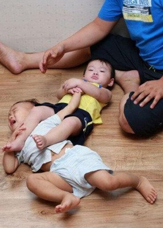 niño haciendole una lave mortal a su hermano