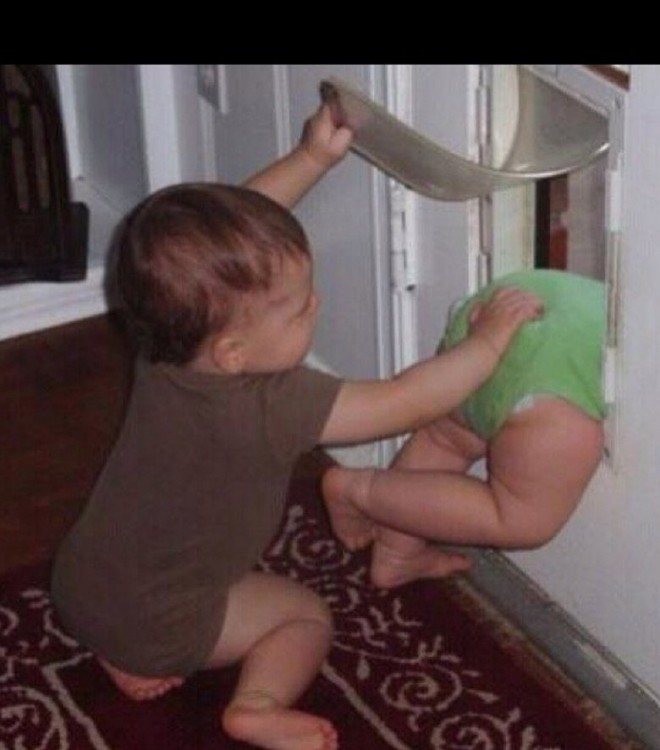 hermano tira por la puerta a su gemelo