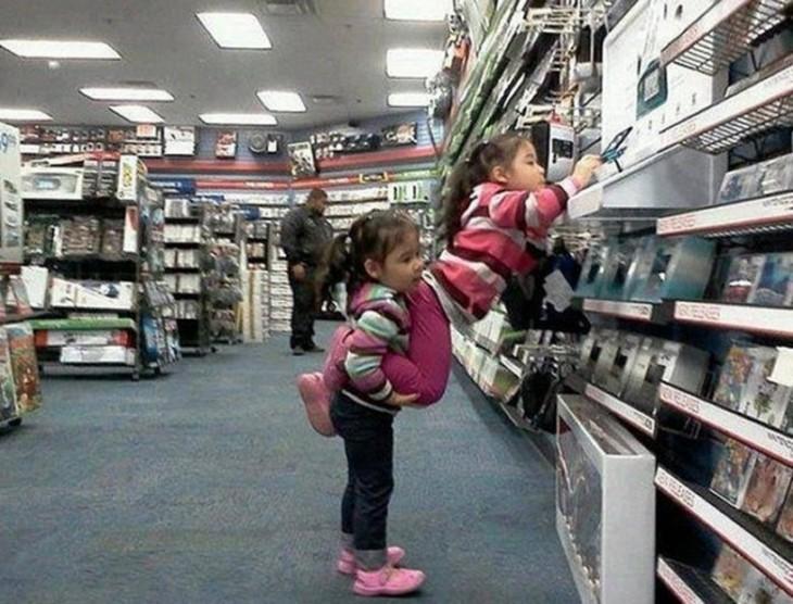 niñas haciendo travesuras en el super