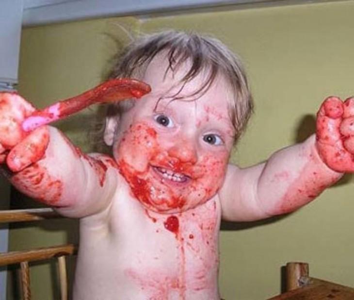 niño tirandose la comida sobre la cabeza