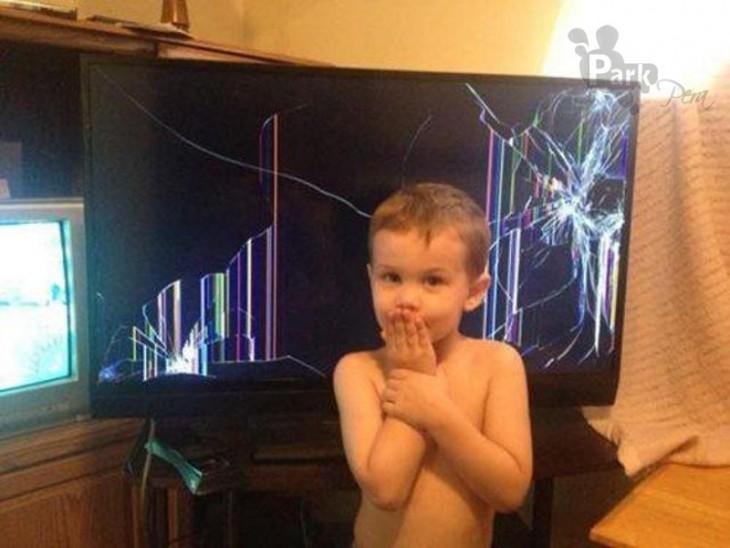 niño rompe la televisión