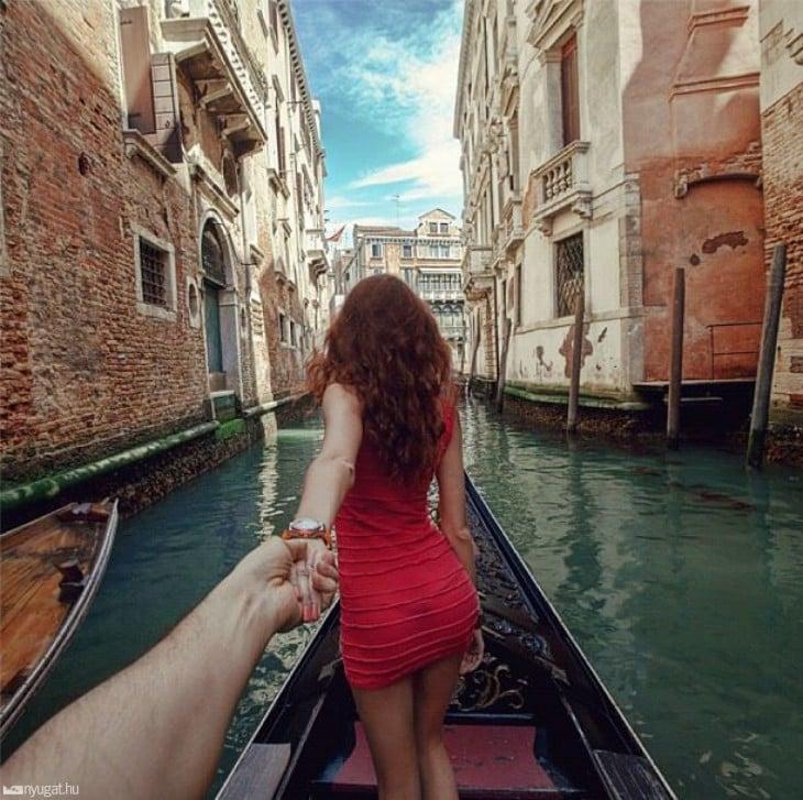 pareja Siguiéndose en una góndola en Venecia