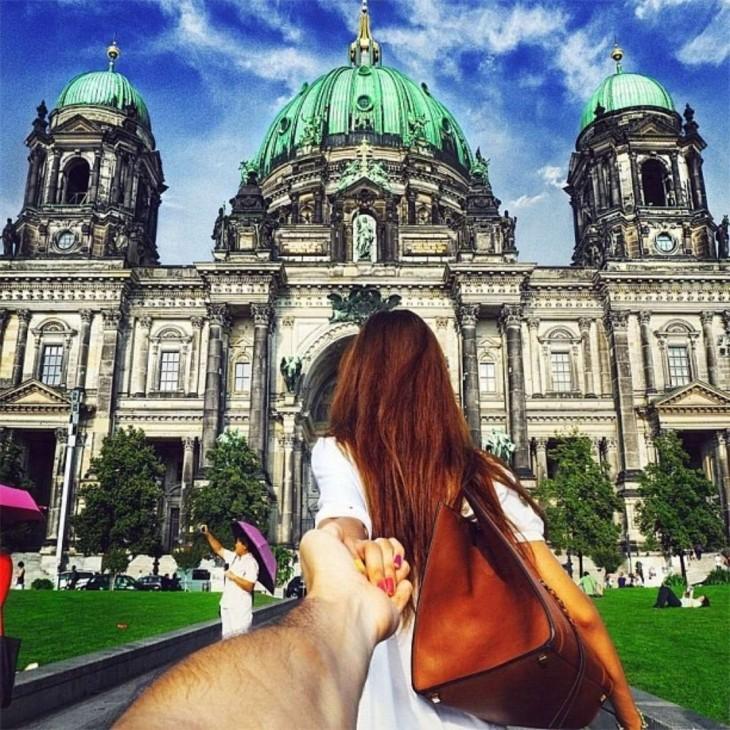 Pareja de la mano Arribando a la Catedral de Berlín en Alemania.