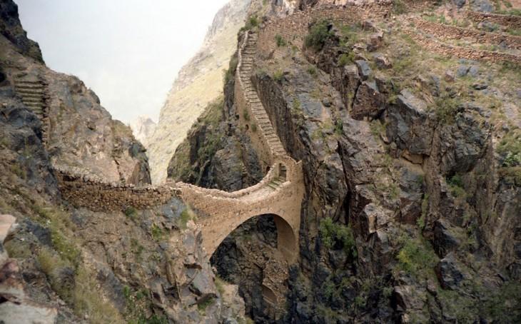 puente hecho de roca en yemen