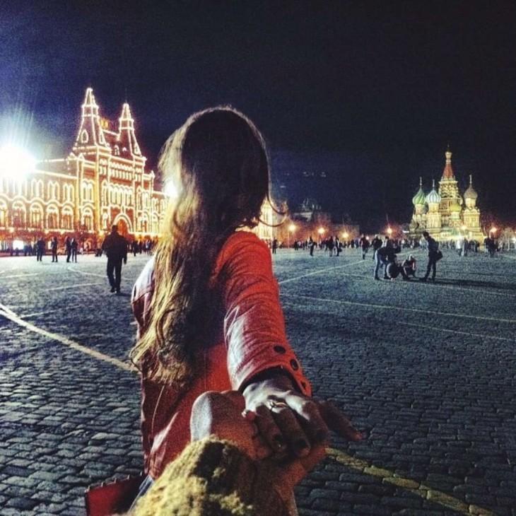 Natalia apunta hacia el Kremlin en el corazón de Moscú.