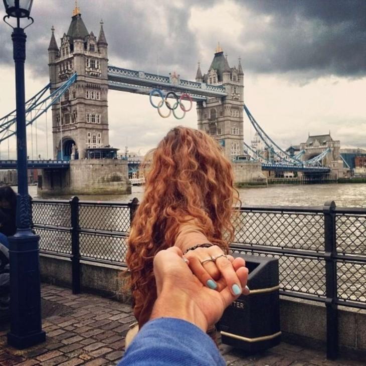 La pareja se mira hacia el Tower Bridge de Londres durante los Juegos Olímpicos de Verano 2012.