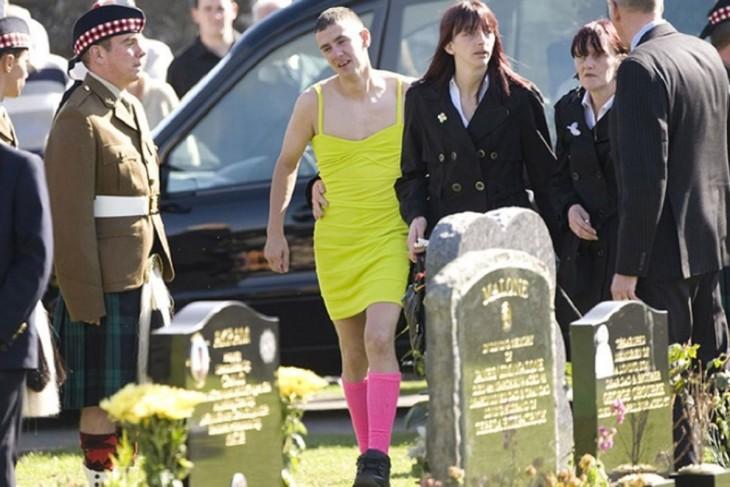 Chico con un vestido amarillo durante el funeral de su mejor amigo