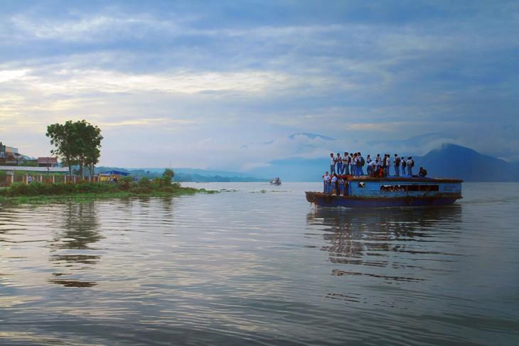 nenes usando barco para ir a la escuela