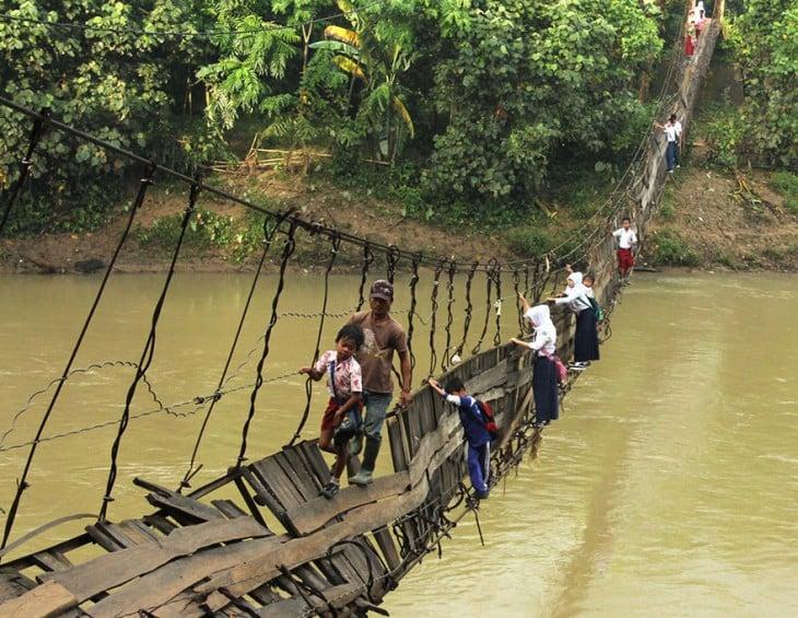 nenes cruzando puente caido