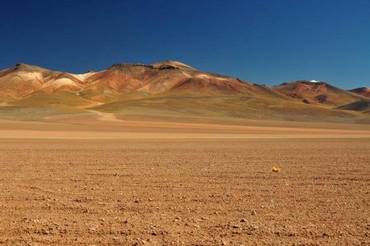 Fotografía de un desierto cerca de unas montañas