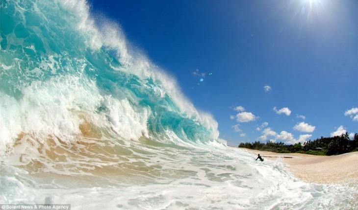 Una ola gigante a la orilla de una playa