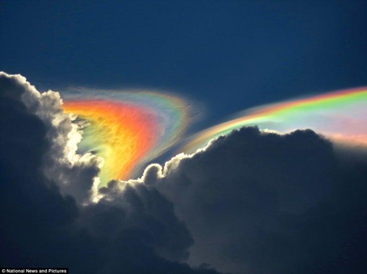 Mezcla de nubes con un arcoiris en el cielo