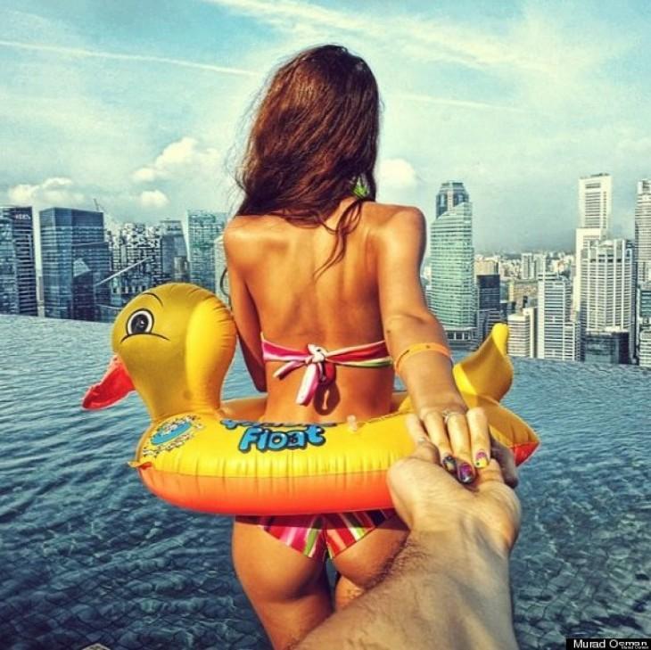 Natalia lleva Murad en la piscina de borde infinito Marina Bay Sands en Singapur.