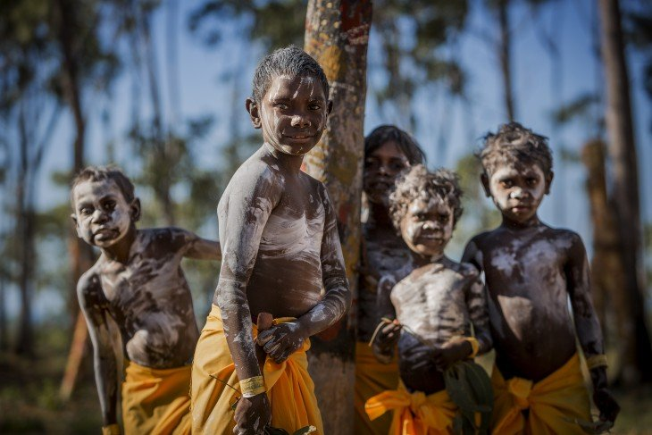 Niños aborigenes en Festival Garma, Australia pintados ritualmente