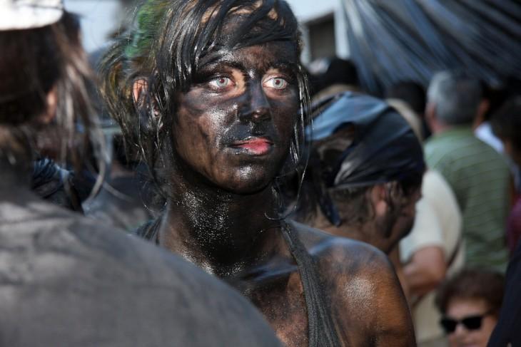 chica de ojos claros pintada en el festival de Cascamorras – España