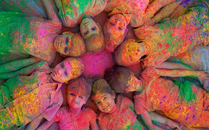 Niños pintados de colores durante el Holi (festival de colores), Mundo Hindú