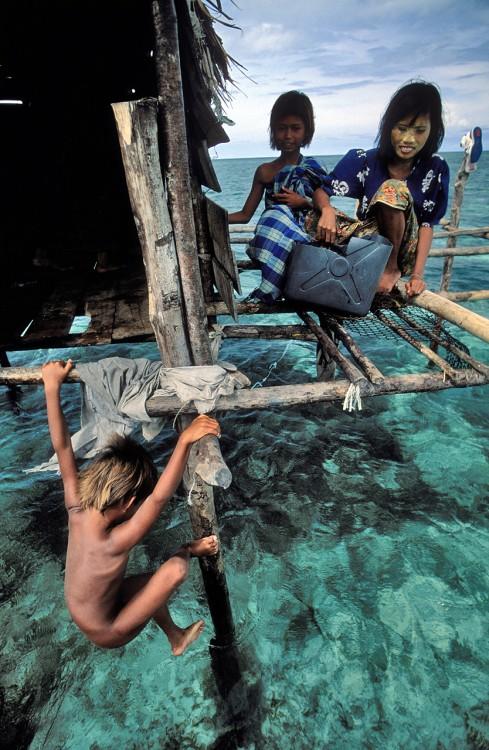 Fotografía de niños jugando arriba de un mar
